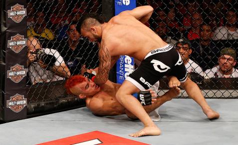 Cearense foi dominado no 2° round. Foto: UFC/Divulgação