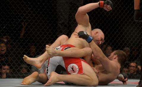 Momento em que Glover consegue o nocaute. Foto: UFC/Divulgação