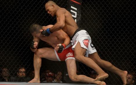 Jacaré castigando o japonês no combate. Foto: UFC/Divulgação