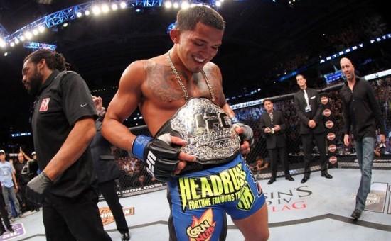 Pettis curtindo o cinturão após derrotar Henderson. Foto: UFC/Divulgação