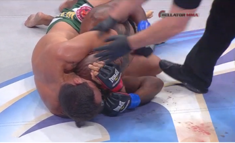 Momento em que Cachorrão finaliza a luta. Foto: Reprodução da TV