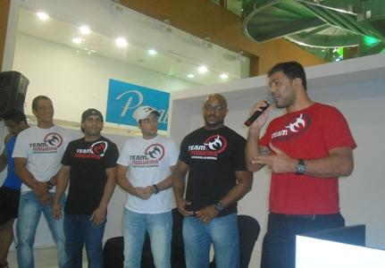 Minotauro discursando no evento ao lado da equipe que está à frente da Team Nogueira Fortaleza. Foto: Bruno Balacó/O POVO