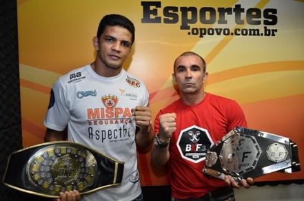 Carlos Índio (esquerda) defende cinturão no peso meio-médio; manager do evento exibe o cinturão que estará em disputa entre Chiquerim x Paulo Guerreiro