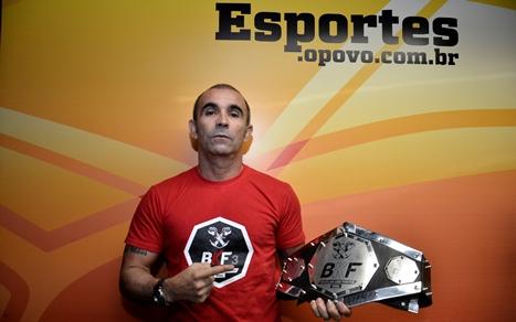 José Moreno exibe o cinturão que será disputado entre Chiquerim e Guerreiro. Foto: Humberto Mota/O POVO