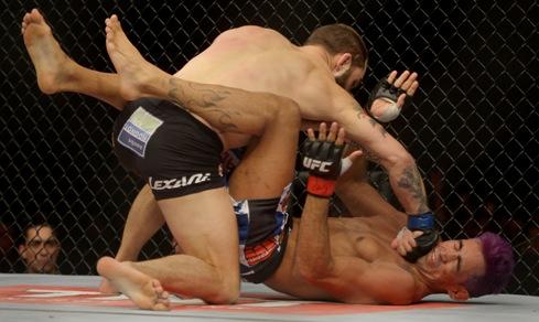 Pepey foi bastante castigado pelo americano. Foto: UFC/Divulgação