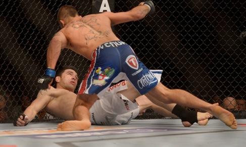 Stephens aplicou um potente chute no rosto do cearense. Foto: UFC/Divulgação