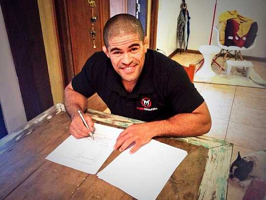 Rousimar Palhares, o Toquinho, assinando contrato com o WSOF