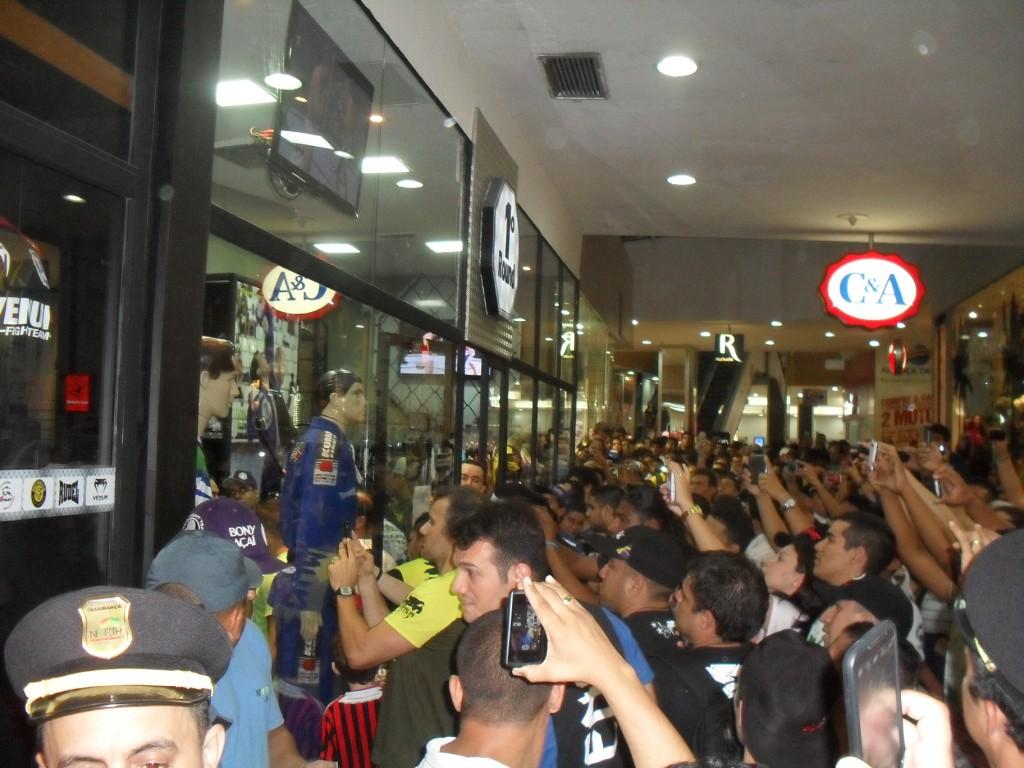 Multidão aglomerada em frente à loja onde Wandelei Silva estava. Foto: Bruno Balacó/O POVO