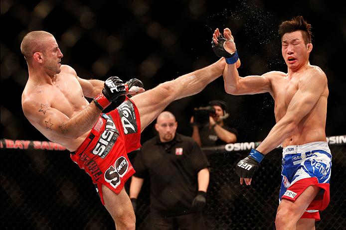 O lutador belga minou o adversário com uma série de chutes precisos. Foto: UFC/Divulgação