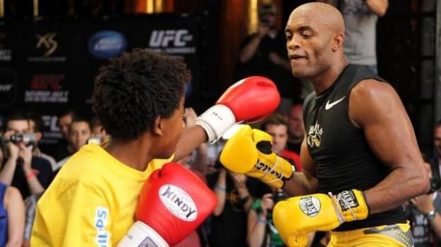 Anderson Silva e o filho descontraindo, durante um treino aberto. Foto: UFC/Divulgação