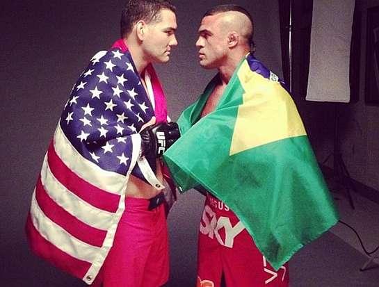 Weidman e Belfort fazem encarada enrolados em bandeiras   Foto: reprodução