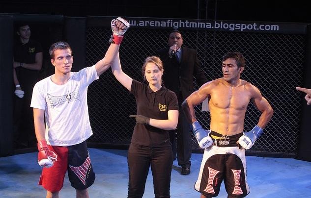 Camila em ação como árbitra de MMA. Foto: Arquivo O POVO