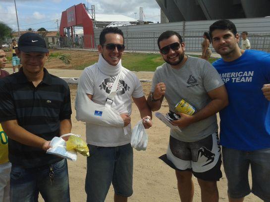 Pedro Machado ao lado dos amigos. Foto: Lucas Mota/O POVO.