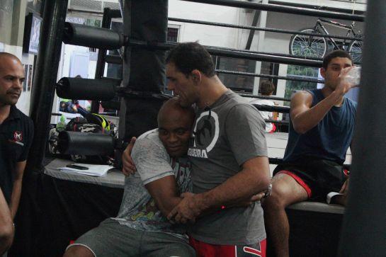 Anderson Silva deseja boa sorte ao amigo Minotauro. Foto: divulgação.