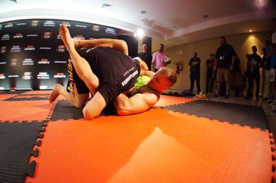 Thiago Tavares fez ajustes no jiu-jitsu de Maldonado. Foto; UFC/divulgação