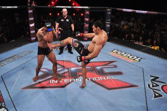 Luís 'Sapo' acerta chute frontal em adversário.Foto: Wayne Camargo/RedeTV!