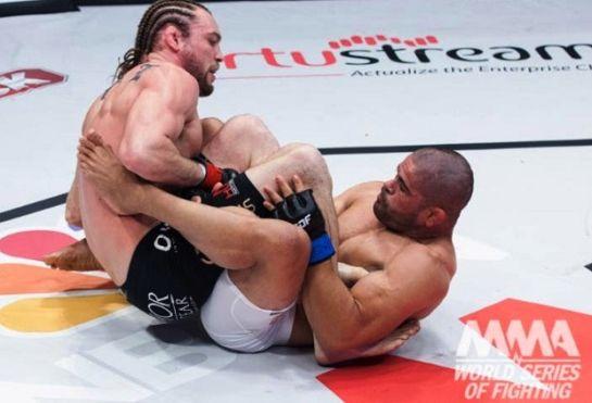Toquinho finalizou Steve Carl e conquistou o cinturão. Foto: Divulgação.