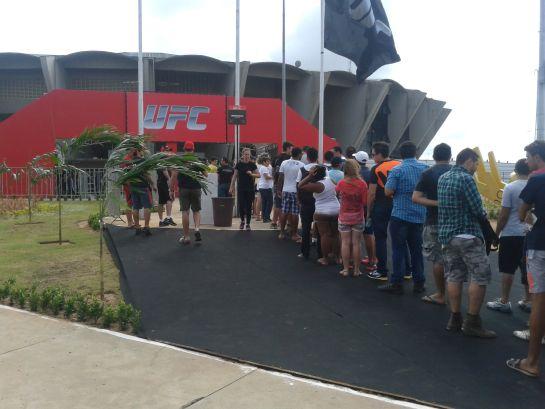 Fãs chegam para assistir pesagem do UFC em Natal. Foto: Lucas Mota/O POVO