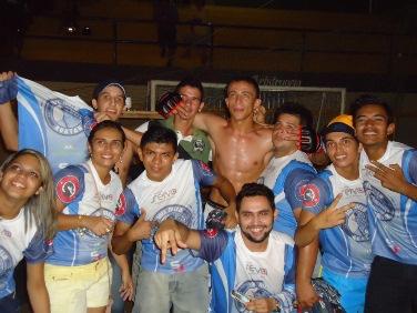 Joel celebrando a vitória com equipe e amigos. Foto: Bruno Balacó/O POVO