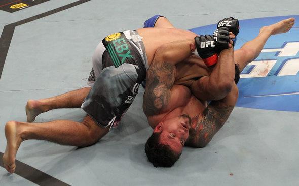 Na última luta entre Mir e Minotauro, o americano aplicou uma kimura e venceu por finalização Foto: UFC/Divulgação