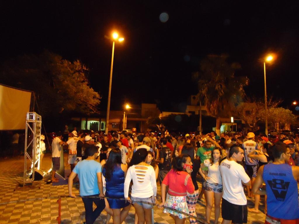 Público lotou a principal praça da cidade para acompanhar a pesagem. Foto: Bruno Balacó/O POVO