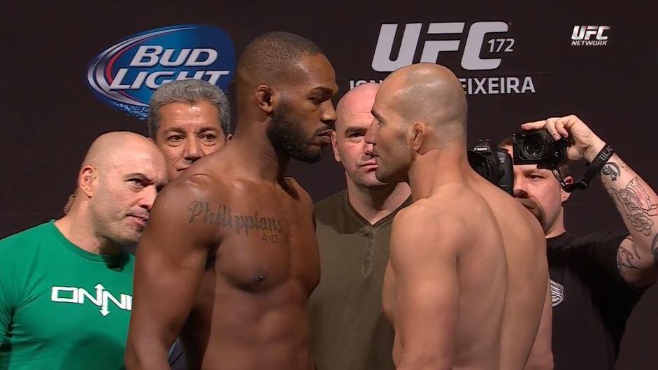 Jon Jones x Glover frente a frente na véspera da luta. Foto: UFC/Divulgação