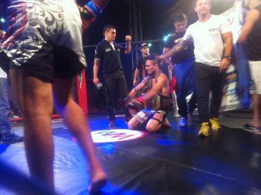 Tortuga ficou emocionado após ser anunciado o vencedor da luta principal. Foto: Divulgação