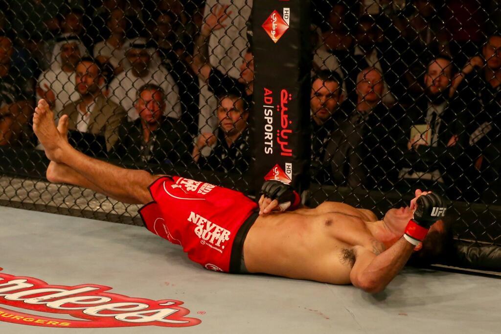 Minotauro logo após ser atingido por uma 'bomba' de direito de Roy Nelson. Foto: Twitter UFC