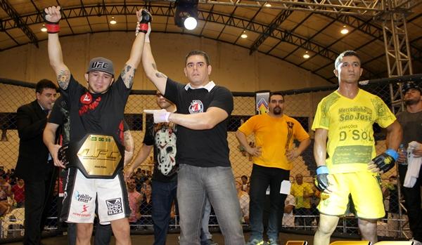 Gasparzinho faturou o cinturão dos pesos do Limo Fight em julho do ano passado. Foto: Divulgação