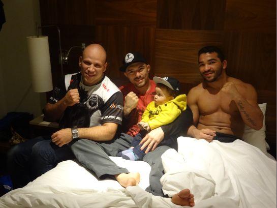 Thiago Bodão, Rony Jason e Patrício Pitbull pousam com o filho de Bodão | Foto: Lucas Mota/O POVO