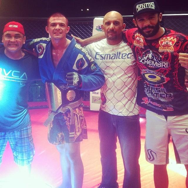 Naja ao lado de seus principais apoiadores para o combate: Guilherme Bandeira, Roberto Bandeira e o lutador Mário Pimba.