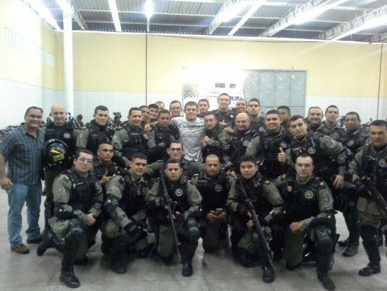 Caio Monstro com os policiais do Raio. Foto: Lucas Mota/O POVO