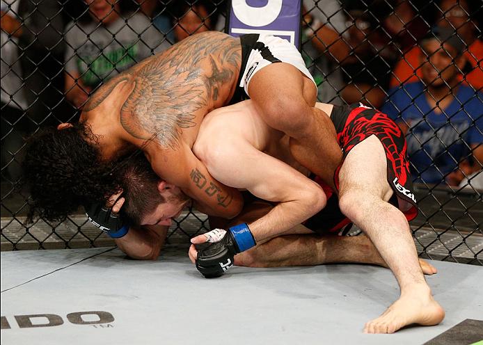 Momento que Henderson encaixa o golpe. Foto:  Josh Hedges/Zuffa LLC/Zuffa LLC via Getty Images