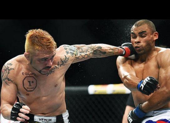 Jason fraturou a mão esquerda em luta contra Peralta | Foto: UFC/Divulgação
