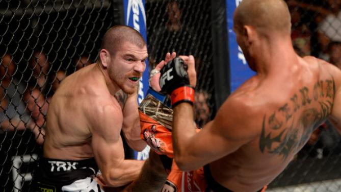 Cerrone precisou 'nocautear' Miller duas vezes. Após canelada na face, não teve jeito: o juiz interrompeu. Foto: UFC/Divulgação