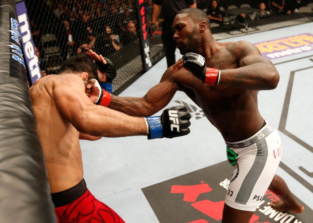 Johnson aplicou um castigo no brasileiro. Foto: UFC/Divulgação