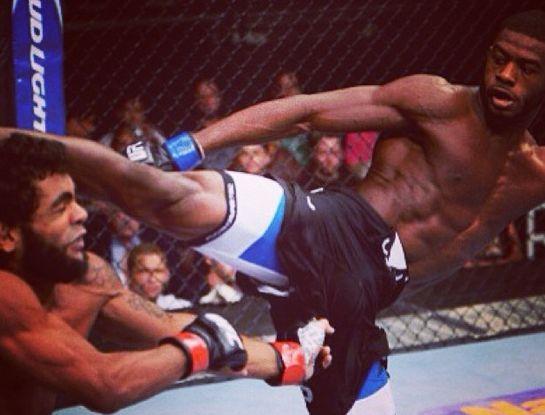 Sterling acerta chute alto em Wolverine | Foto: UFC/Divulgação