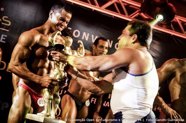 Jonas Filho recebe troféu