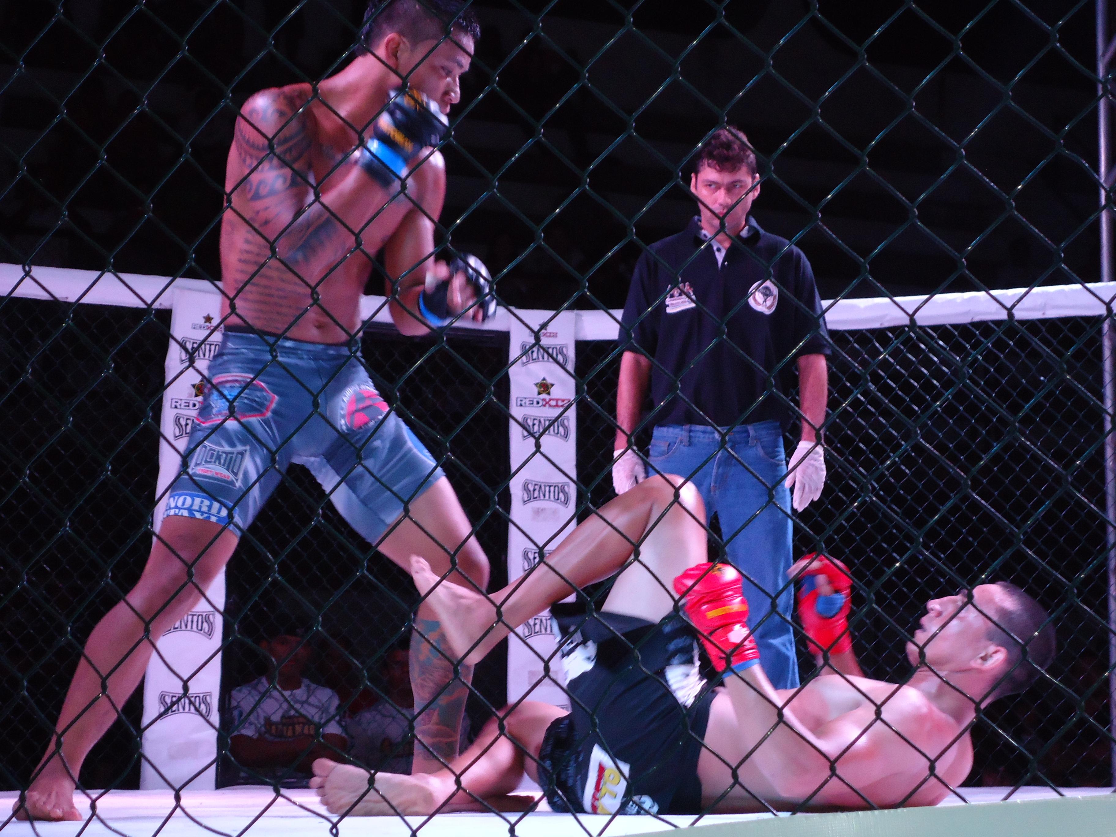 Sebastião venceu o combate em grande reviravolta nos segundos finais do 2° round. Foto: Bruno Balacó/O POVO