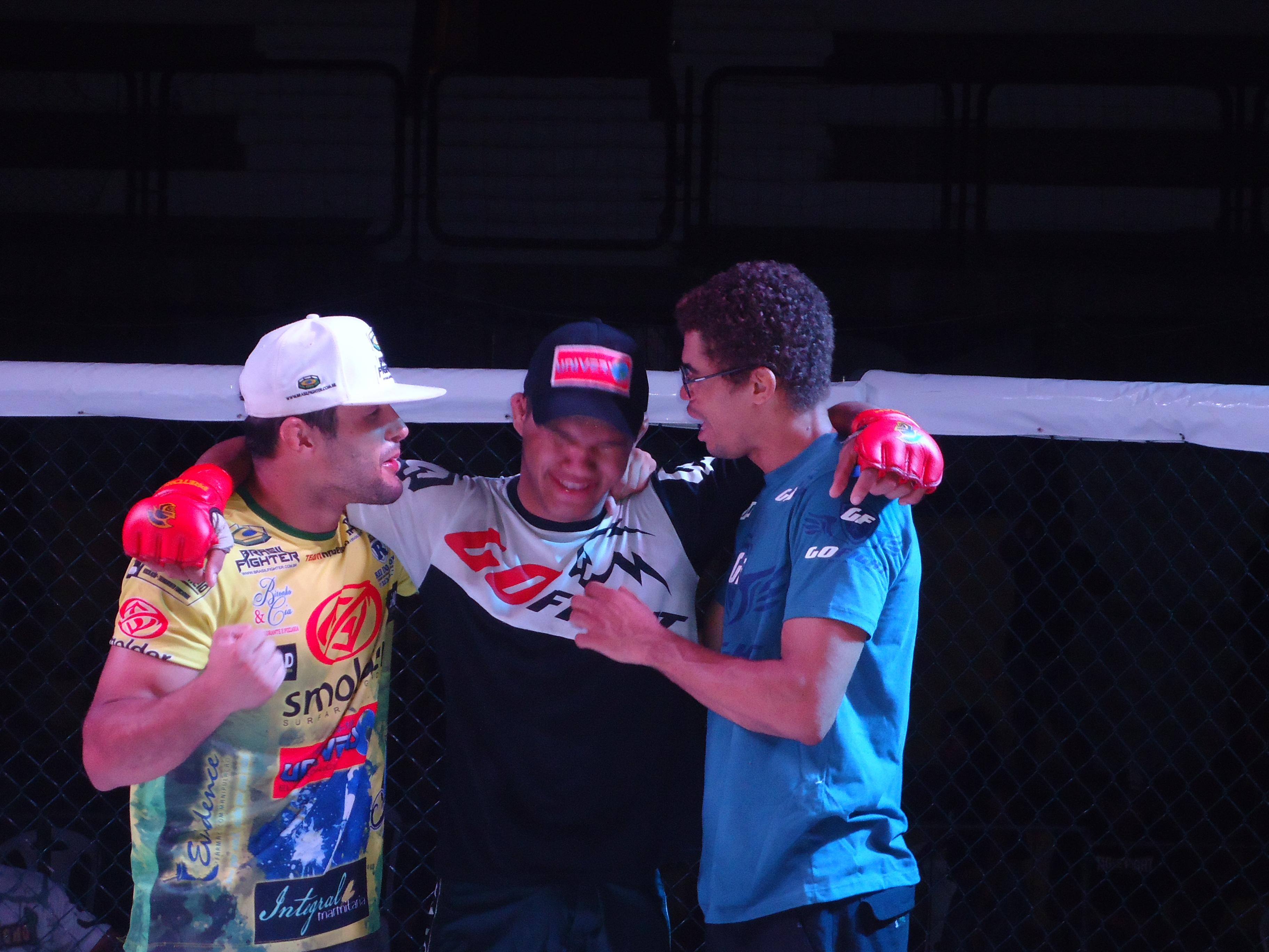 Eric emocionado após o título ao lado de seus treinadores. Foto: Bruno Balacó/O POVO