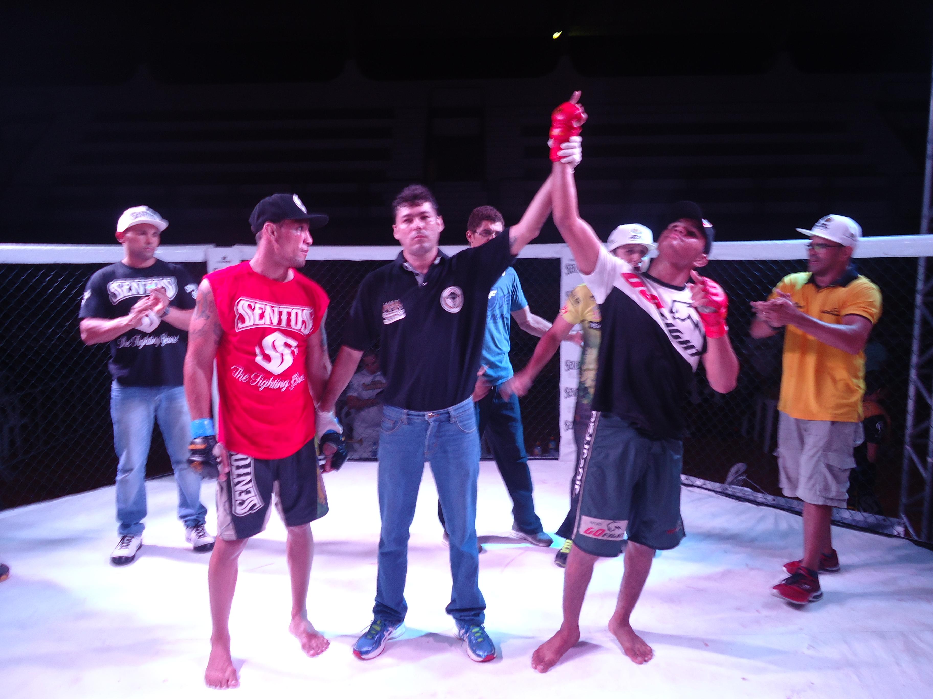 Com uma atuação segura, Eric venceu os três rounds contra Espartano. Fotos: Bruno Balacó/O POVO