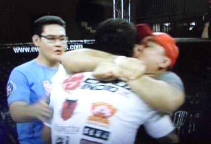 Índio comemorando com seus treinadores, Guilherme Santos e Danilo Dragon. Foto: Reprodução TV