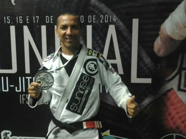 Oniel exibe medalha de vice-campeão mundial. Foto. arquivo pessoal
