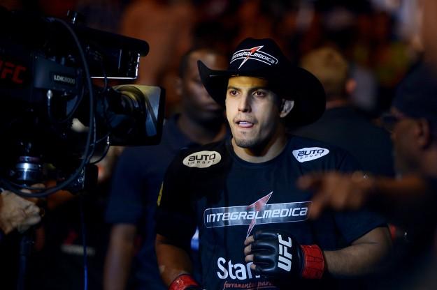 Sertanejo na entrada da luta contra Maximo Blanco, no UFC Fight Night 46. Foto: Divulgação Integralmédica