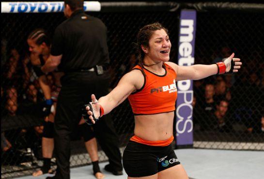 Bethe Correia comemora vitória no UFC 177 | Foto: reprodução/Twitter