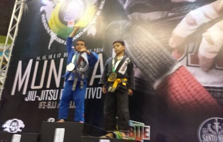 Bruninho celebrando o título no topo do pódio. Foto: Arquivo Pessoal