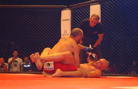 Guerreiro castigou Naja com um forte jogo de grand and pound. Foto: Bruno Balacó/O POVO