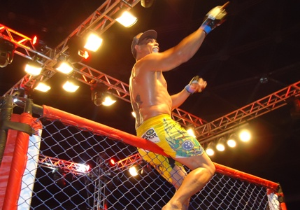 Na 3ª luta mais importante da noite, Sávio levou a melhor por nocaute. Foto: Bruno Balacó/O POVO