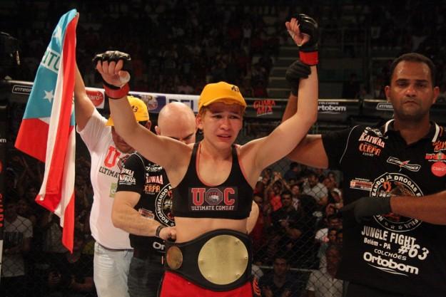 Larissa Pacheco com cinturão do Jungle Fight | Foto: divulgação