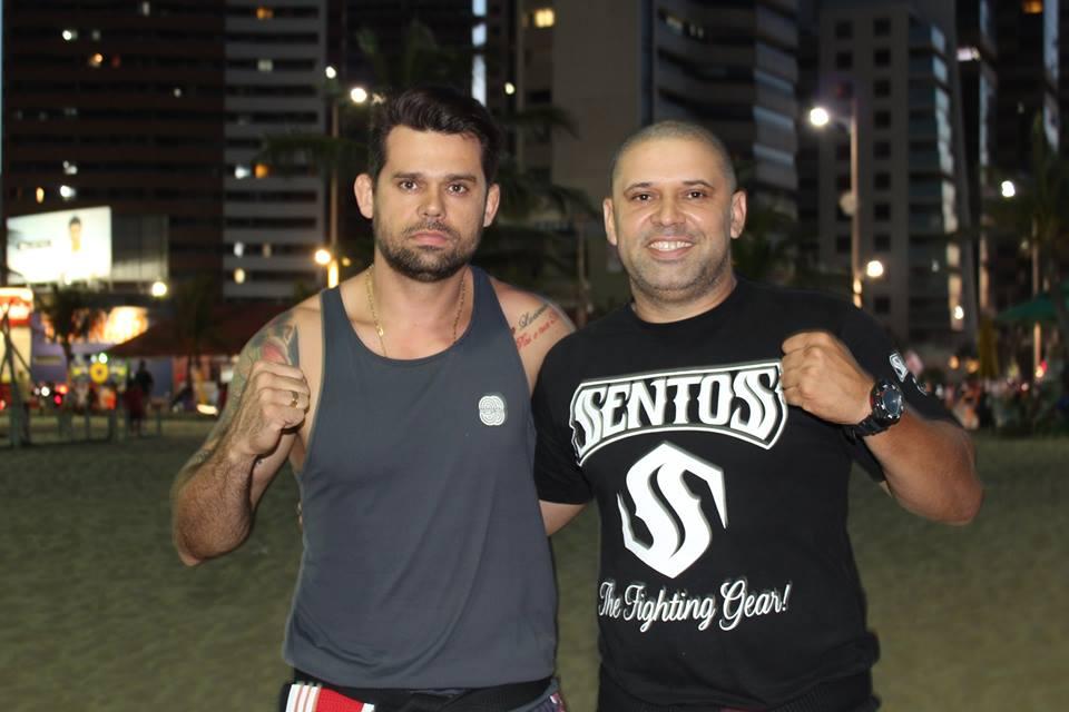 Professor Maninho (esquerda) foi reconhecido como faixa preta de Luta Livre Esportiva.